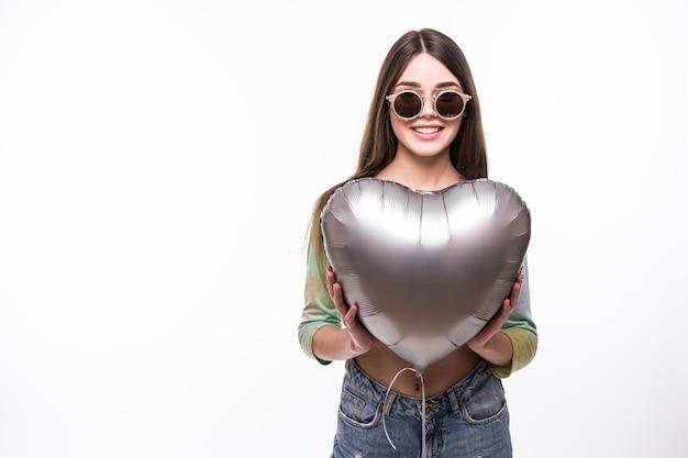 Meisje met ballonnen. de mooie jonge baloon van de vrouwenholding en het glimlachen terwijl geïsoleerd