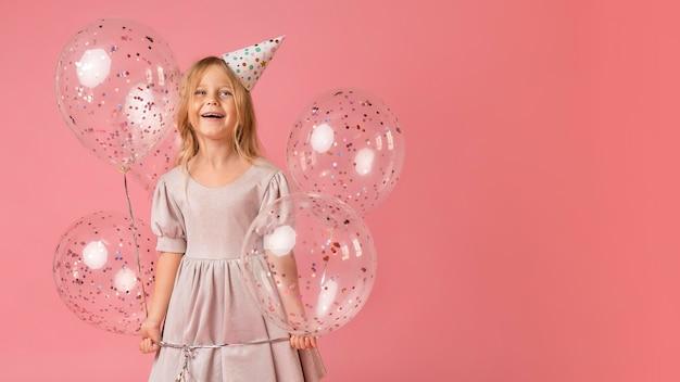 Meisje met ballons in kostuum en exemplaarruimte