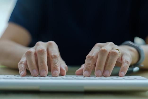 Meisje met behulp van computer voor werk