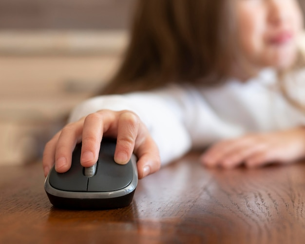 Meisje met behulp van een computermuis