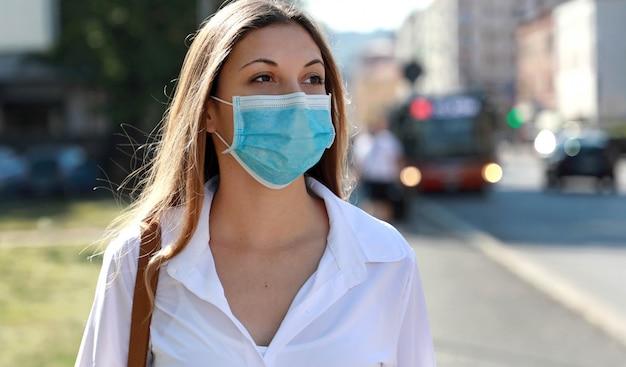 Meisje met beschermend masker op gezicht tegen de ziekte van coronavirus 2019.