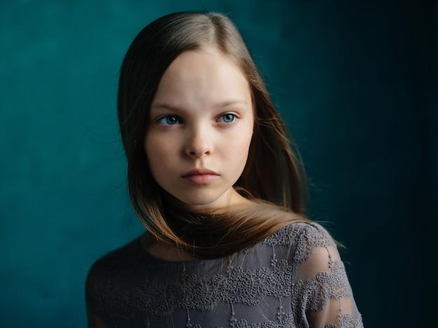 Meisje met blauw haar depressie emoties droevige gezichtsuitdrukking