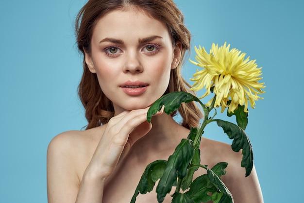 Meisje met bloemen bijgesneden weergave portret close-up