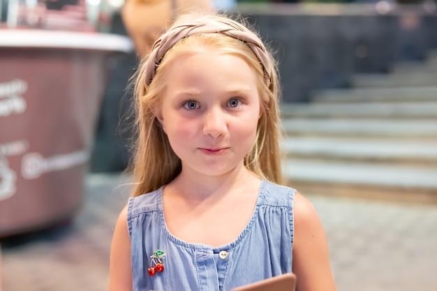 Meisje met blond lang haar met de emotie van verrassing. leuke zomervakantie in de stad.