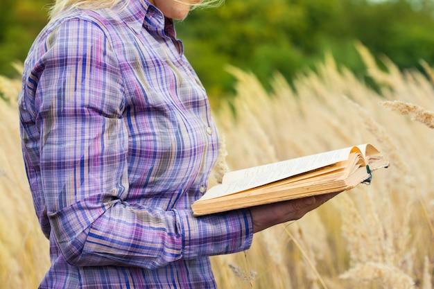 Meisje met boek in de buitenlucht