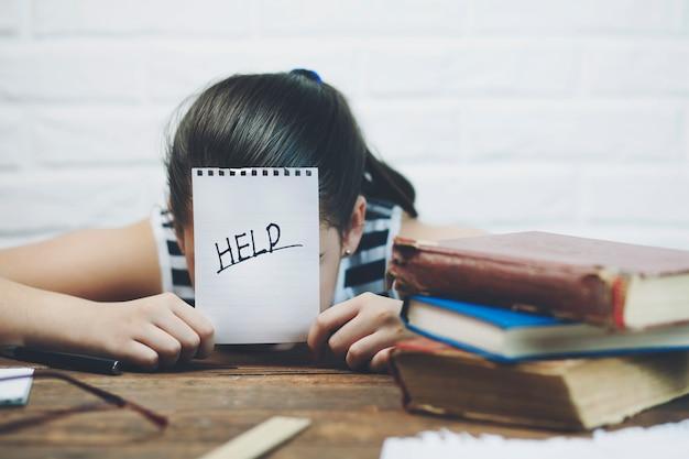 Meisje met boek om hulp te vragen