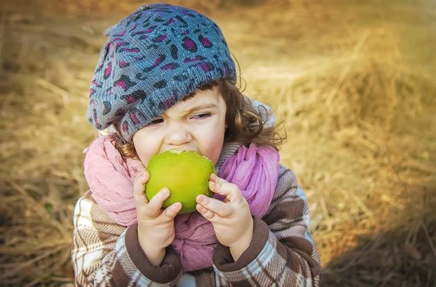 Meisje met boeken en apple. selectieve aandacht.