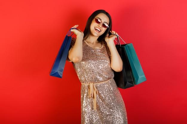 Meisje met boodschappentassen. verkoop en winkelconcept.