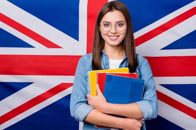 Meisje met bril heeft een aantal notebooks