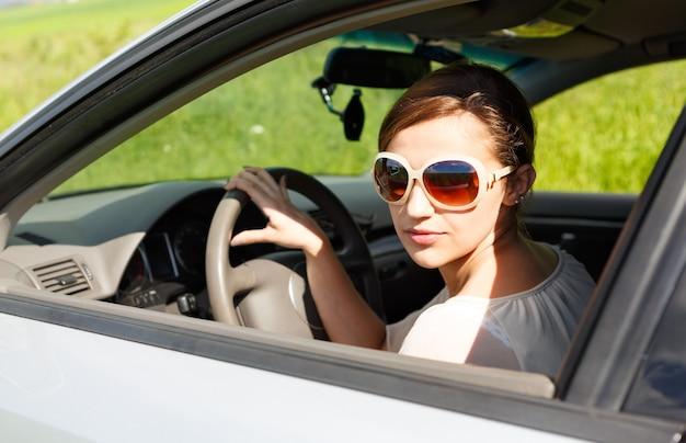 Meisje met bril tijdens het rijden buiten de stad