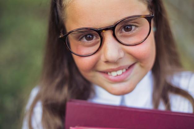 Meisje met bruine ogen in bril op zoek en lachend, vrolijk, gelukkig, eyewear, slim, brillen