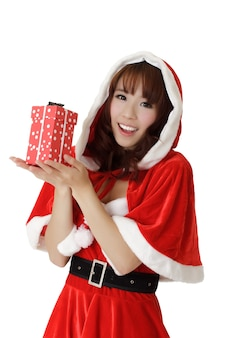 Meisje met cadeau in kerstmis, close-up portret van gelukkige aziatische vrouw in santa claus kleren.