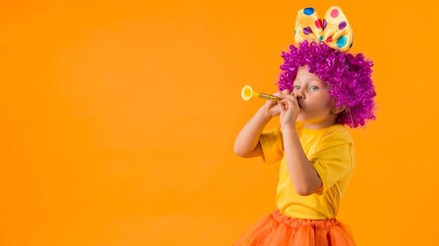 Meisje met clownkostuum en exemplaarruimte