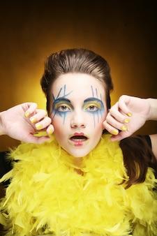 Meisje met creatief gezicht