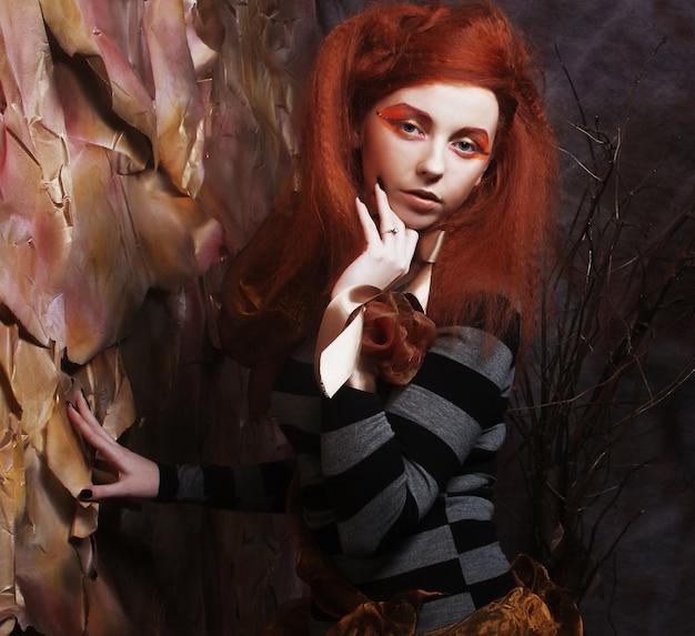 Meisje met creatieve make-up naast de trap