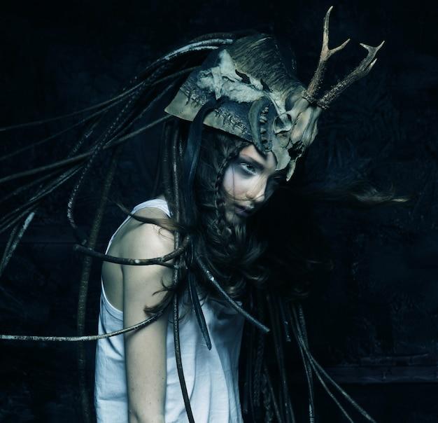 Meisje met donker kostuum