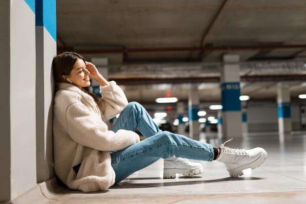 Meisje met draadloze hoofdtelefoons