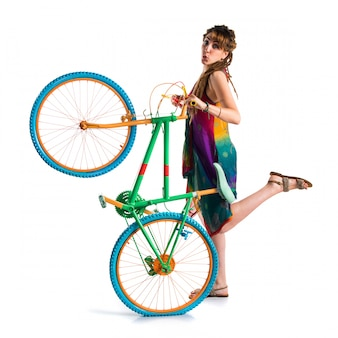 Meisje met dreadlocks op kleurrijke fiets