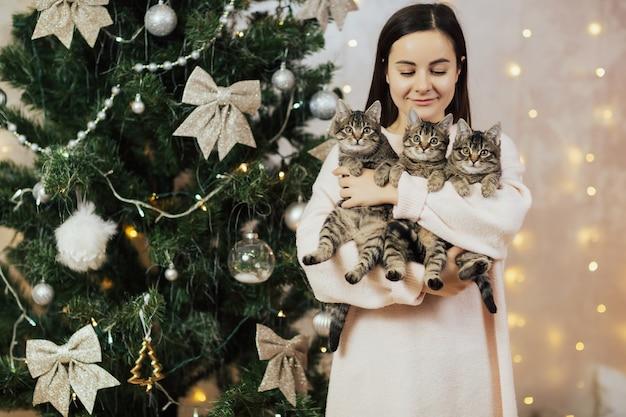 Meisje met drie kittens