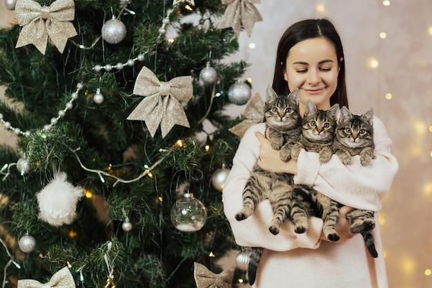 Meisje met drie schattige kittens.