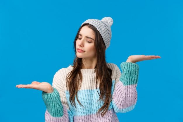 Meisje met een afweging tussen keuzes, besluit wat kopen, verhogen handen meten iets