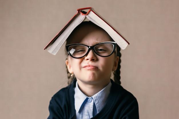 Meisje met een boek over haar hoofd