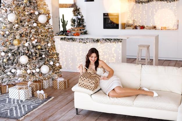 Meisje met een cadeau in de woonkamer in het nieuwe jaar