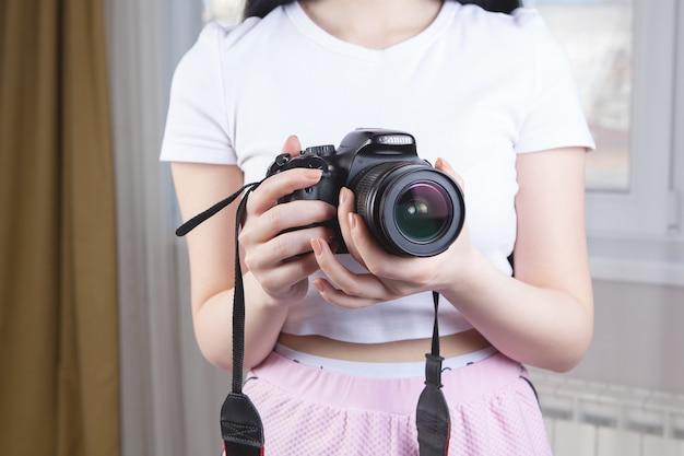 Meisje met een camera in haar handen