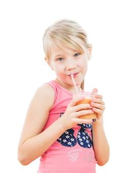 Meisje met een cocktail van grapefruit op wit wordt geïsoleerd dat.