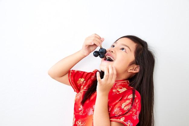Meisje met een eten druif bos