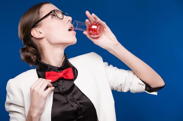 Meisje met een flesje in zijn hand en een rode vlinder in haar nek
