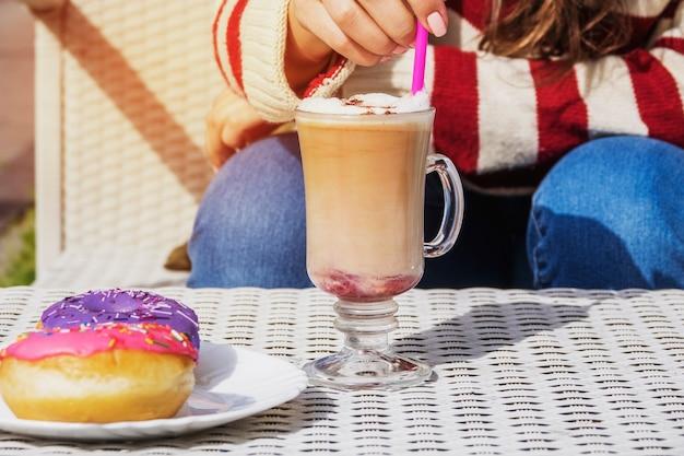 Meisje met een glas koffie