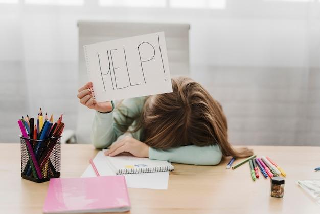 Meisje met een help-bericht op een witboek