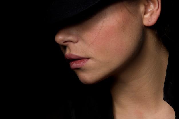 Meisje met een hoed posing