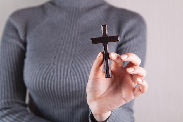 Meisje met een houten kruis