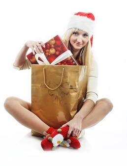 Meisje met een kerstcadeautjes