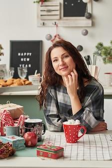 Meisje met een kop in de keuken