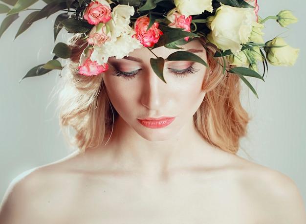 Meisje met een krans van bloemen op haar hoofd