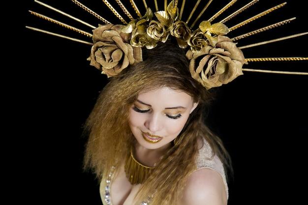 Meisje met een kroon op zijn hoofd en gouden appel
