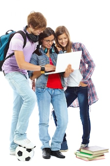 Meisje met een laptop met haar vrienden