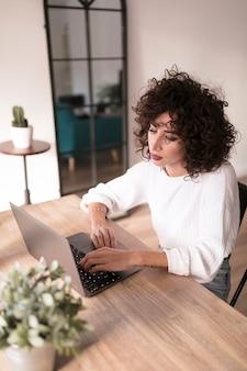 Meisje met een laptop