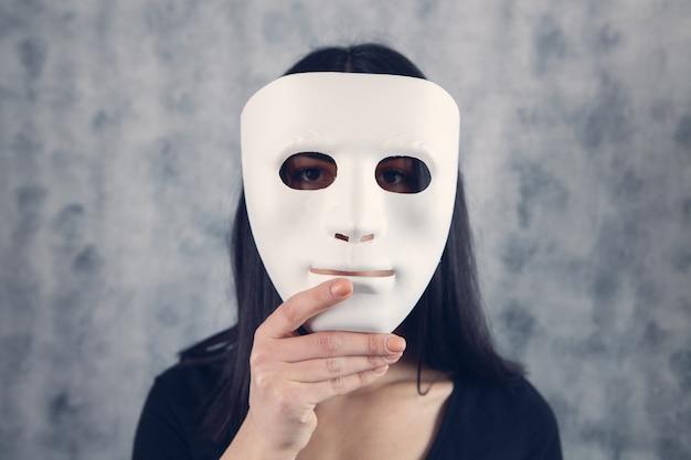 Meisje met een masker in haar hand