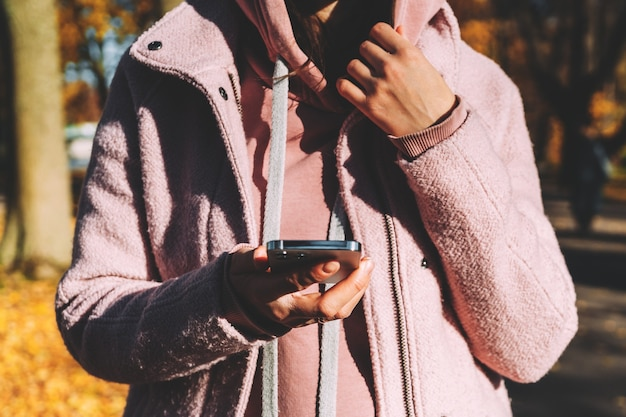 Meisje met een moderne smartphone in haar handen en chatten.