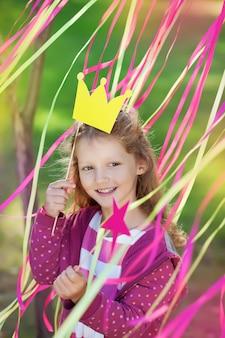 Meisje met een papieren kroon