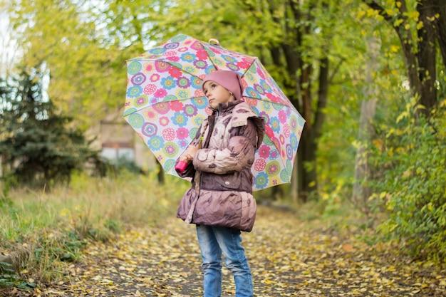 Meisje met een paraplu in het bos