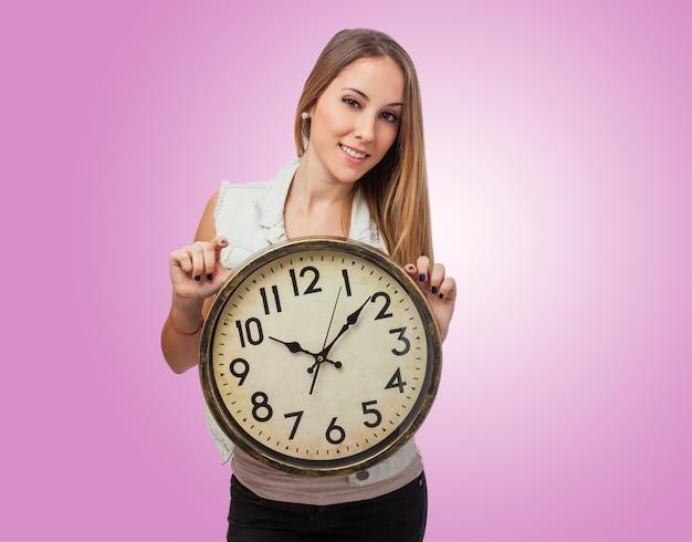 Meisje met een reusachtige klok