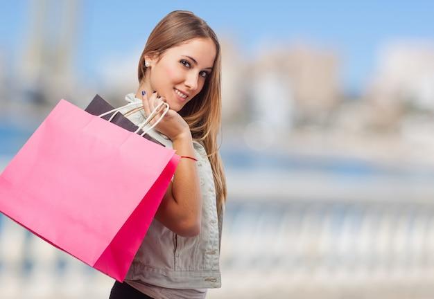 Meisje met een roze tas op straat