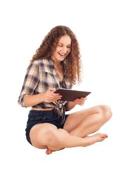 Meisje met een tablet in de hand geïsoleerd op wit.