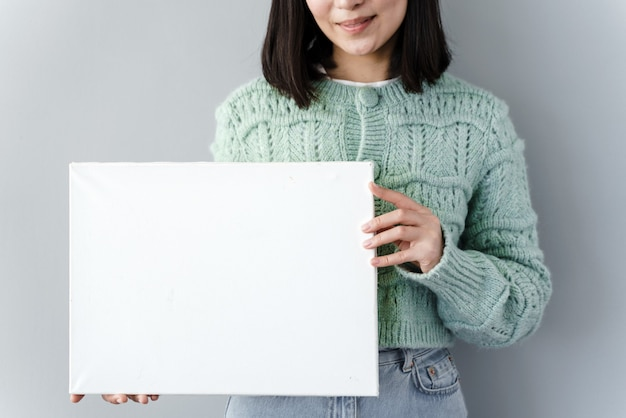 Meisje met een vel papier in de hand