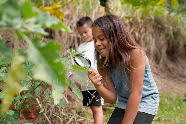 Meisje met een vergrootglas tijdens het zoeken in een schattenjacht